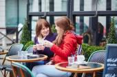 Zwei schöne junge Mädchen in einem Pariser café — Stockfoto