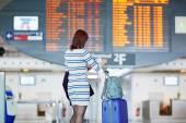 Passenger looking at the flight information board — Stockfoto