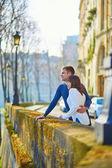 Couple marchant dans paris — Photo
