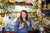 Tourist selecting teapot on Moroccan market — Stock Photo