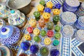Traditional ceramics on Moroccan market — Stock Photo