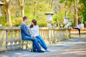 Young couple in the Luxembourg gardens — Stock Photo