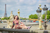Beautiful young Parisian woman in Tuileries — Stock Photo