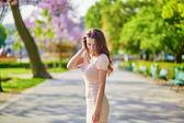 Beautiful young woman near the Eiffel tower — Stock Photo