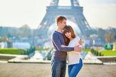 Young kochanie para w Paryżu — Zdjęcie stockowe