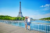 Young couple having a date in Paris, France — Stock Photo