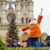 Happy young tourist in Paris on a winter day — Stock Photo
