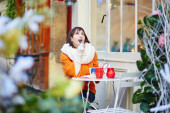 Cheerful young girl in Parisian outdoor cafe — Stock Photo