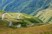 Road from Lower to Upper Svaneti, zone of alpine meadiws,popular tourist destination among trekkers,Caucasus mountains, Georgia, Europe — Stock Photo