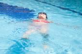 在游泳池的女人 — 图库照片