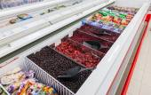 SAMARA, RUSSIA - SEPTEMBER 23, 2014: Showcase with frozen fruit  — Foto de Stock