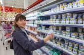 SAMARA, RUSSIA - SEPTEMBER 23, 2014: Young woman choosing fresh  — Stock Photo