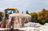 SAMARA, RUSSIA - SEPTEMBER 28, 2014: Heavy bulldozer loading and — Stock Photo