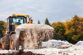 Samara, Rusland - 28 september 2014: zware bulldozer laden en — Stockfoto