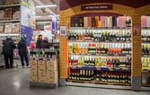 Showcase alcoholic beverages at the hypermarket METRO — Stock Photo