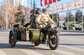 Soviet soldiers with weapons on the old army motorcycle — Stock Photo