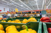 Sale of fresh vegetables in the hypermarket network Auchan — Stock Photo