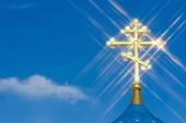 Mavi gökyüzü arka plan karşı altın Ortodoks haçı — Stok fotoğraf