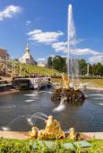 "The Peterhof fountain ""Samson tearing the lion's mouth"" in sunny — Stock Photo"