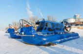 Hovercraft on the ice of the frozen river — Stock Photo
