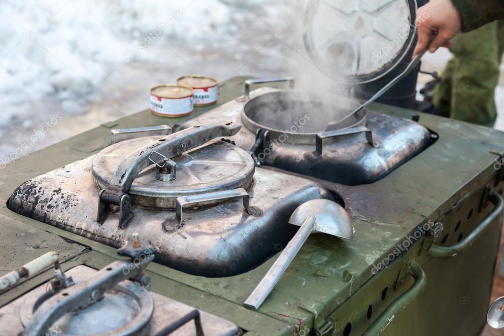 Cucinare in una cucina da campo militare in condizioni di - Si usa per cucinare 94 ...