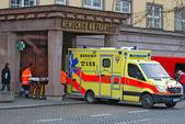 CZECH REPUBLIC, PRAGUE - JANUARY 29, 2008: An ambulance near a h — Stock Photo