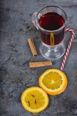 Red mulled wine, spices and candy cane — Stockfoto