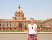A tourist on the esplanade Rajpath. The Indian government buildi — Stock Photo