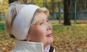 Portrait of a woman in the park — Stock Photo