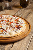 "Italian pizza ""Caesar"" on a wooden table. — Stock Photo"