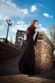 Mooie modieuze vrouw in de straat — Stockfoto
