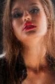 水滴がガラスの背後にあるセクシーな美しい女性. — ストック写真