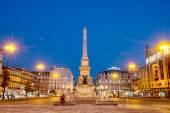 Romantic Lisbon street. Fountain at night in the center of the c — Stock Photo