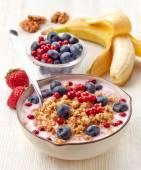 Healthy breakfast. Yogurt with granola and berries — Stock Photo