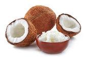 Skål med kokosolja och färska kokosnötter — Stockfoto