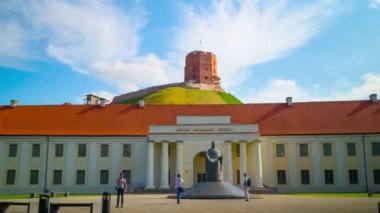 Lithuanian National Museum and the Tower of Gediminas, hyper time-lapse — Stock Video