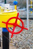 De rode kraan en gas-pijp — Stockfoto