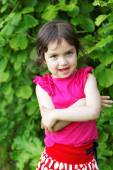 Little girl with bruises in the park — Foto Stock