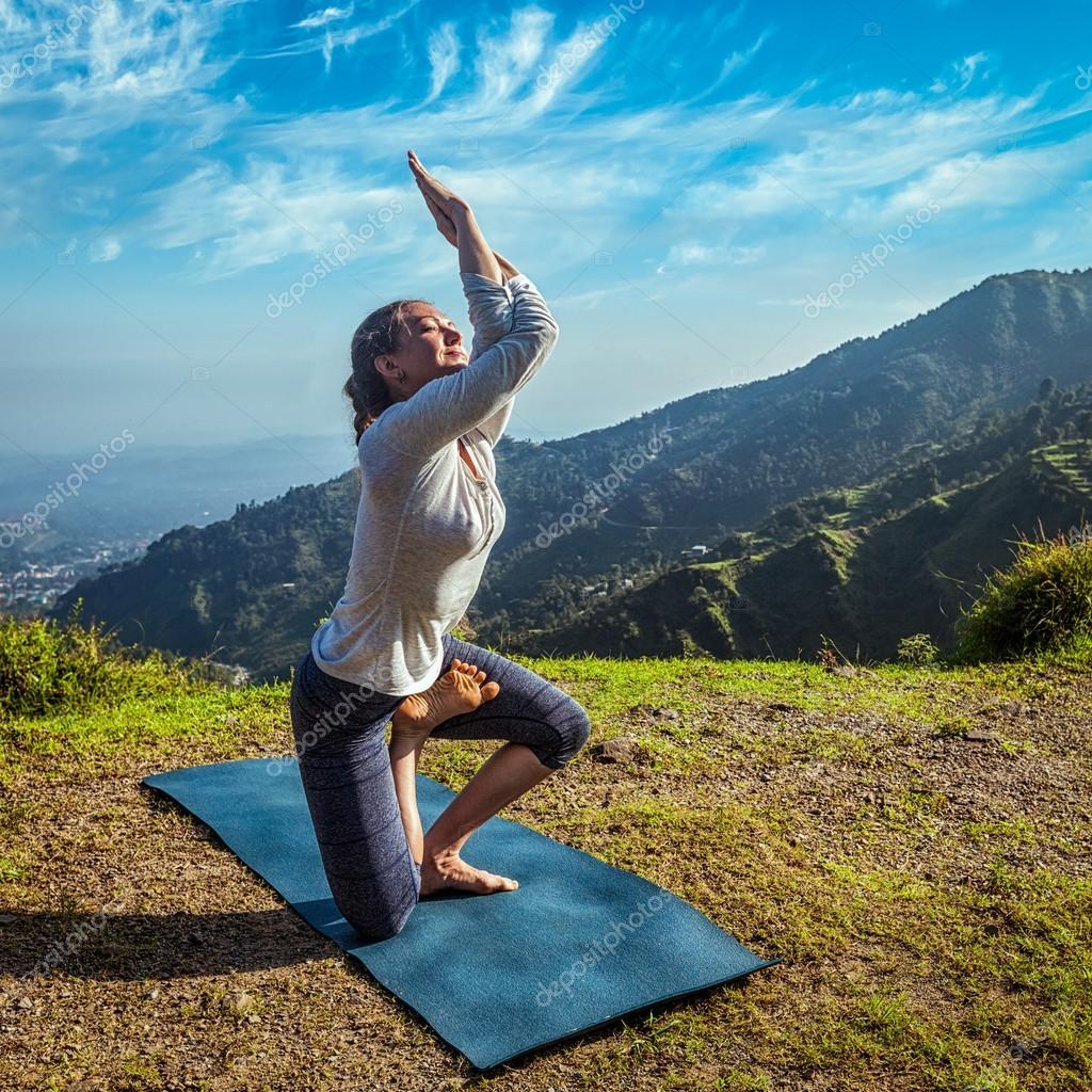 Junge Frau tut fortgeschrittene Yoga asana — Stockfoto ...