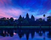 Angkor Wat famous Cambodian landmark on sunrise — Stock Photo