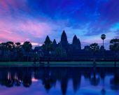Angkor Wat famous Cambodian landmark on sunrise — Stock Photo