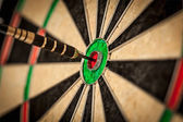 Dart in bulls eye close up — Stockfoto