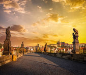 Karluv most y prague castle en la mañana — Foto de Stock