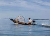 Traditional Burmese fisherman in Myanmar — Stok fotoğraf