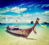 Barca lunga coda sulla spiaggia, thailandia — Foto Stock