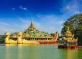 Karaweik barge at Kandawgyi Lake, Yangon, Myanmar — Stock Photo