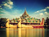 Karaweik barge at Kandawgyi Lake, Yangon — Stock Photo