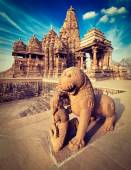 King and lion statue, Kandariya Mahadev temple — Foto de Stock