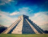 Mayan pyramid in Chichen-Itza, Mexico — Stock Photo