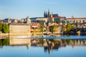 View of Mala Strana and Prague castle over Vltava — ストック写真